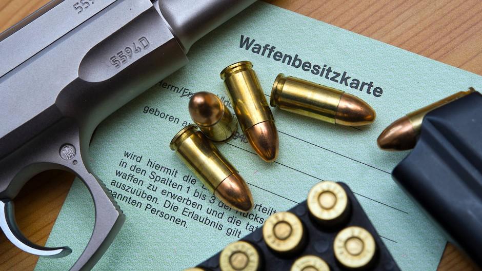 Jede legal erworbene Schusswaffe muss in eine Waffenbesitzkarte eingetragen werden.