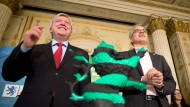 Es ist vollbracht: der hessische Ministerpräsident Volker Bouffier (CDU, l.) und der künftige Wirtschaftsminister Tarek Al-Wazir (Grüne) am Montag nach der Unterzeichnung des schwarz-grünen Koalitionsvertrags im hessischen Landtag