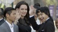 Angelina Jolie wartet im Februar in Siem Reap mit ihren adoptierten Kindern auf ein Treffen mit Kambodschas König Norodom Sihamoni.