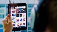 Immer mehr Nutzer konsumieren Musik über Streaming-Dienste, statt CDs oder Sounddateien zu kaufen.