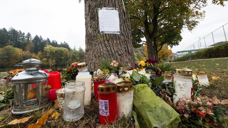 Kerzen und Blumen am Tatort in Freiburg