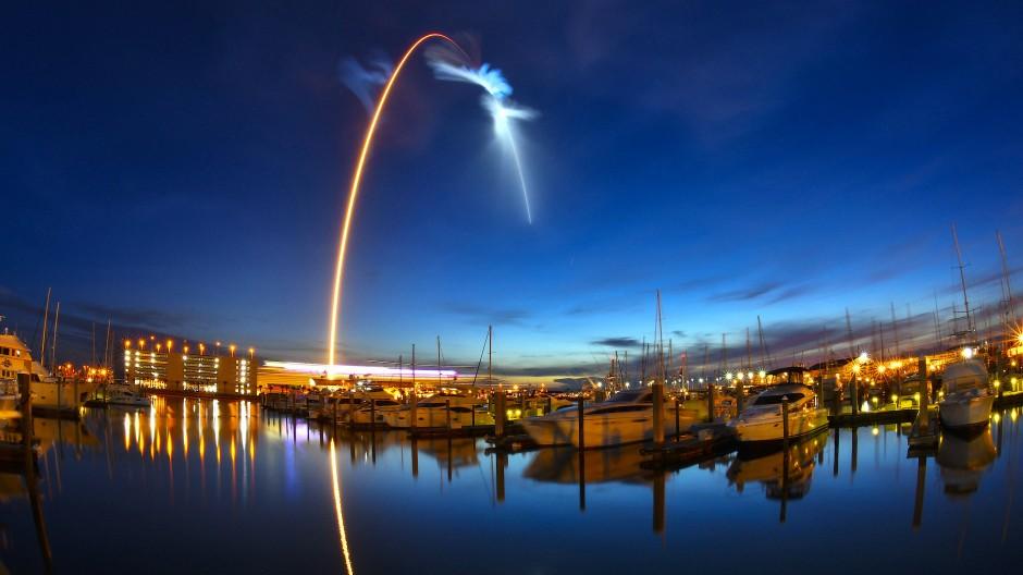 """Eine """"Falcon 9""""-Rakete startet im Juni vom Weltraumbahnhof Cape Canaveral mit dem privaten Raumfrachter """"Dragon"""" an Bord."""
