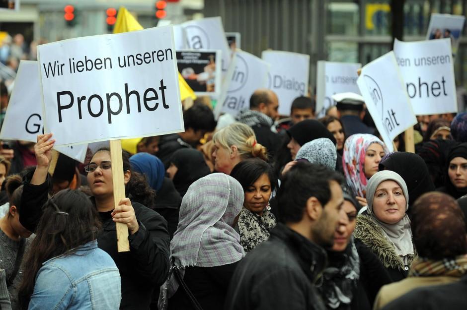 Die Protestwelle erreicht Deutschland. In Freiburg, Münster und Cuxhaven gehen Demonstranten friedlich auf die Straße