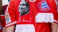 Münchens Messias? Uli Hoeneß kommt zurück und schmückt selbst die Fanartikel des Vereins.