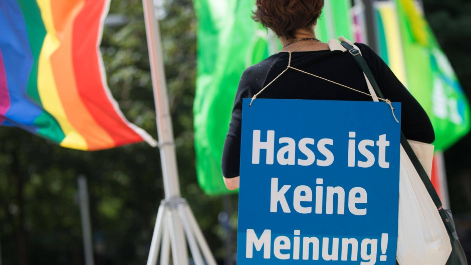 Protest gegen Hassnachrichten im Internet