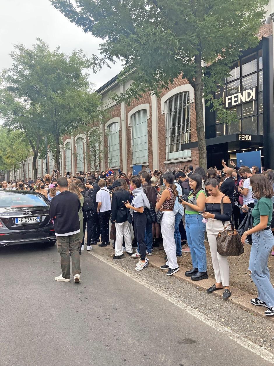 In der Menge: Fans vor der Tür bei der Show von Fendi.