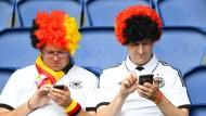 """Ob Sie gerade """"Kicktipp"""" checken? Deutsche Fans während der Fußball-EM in Paris"""