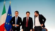 Treten wohl bald den Gang nach Assisi an: Italiens stellvertretender Ministerpräsidenr Luigi Di Maio (l.), Ministerpräsident Guiseppe Conte (m.) und Innenminister Matteo Salvini (r.).