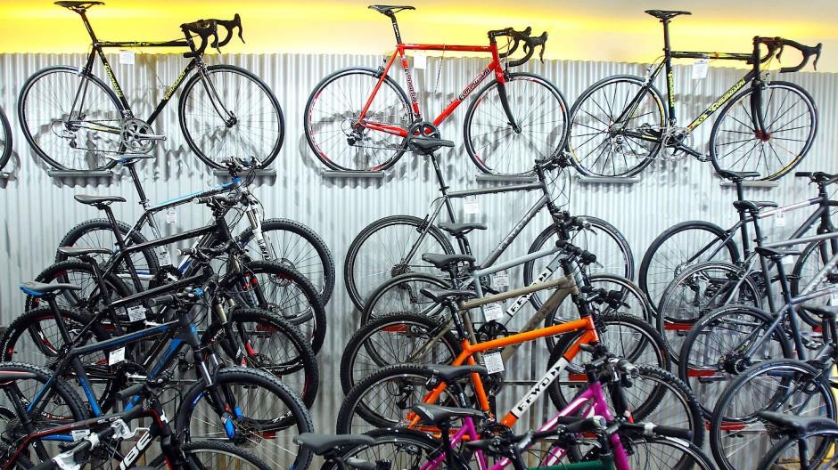 Mountainbikes und Rennräder stehen und hängen in einem Fahrradgeschäft.