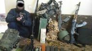 Hauptverdächtiger posiert neben Waffenarsenal