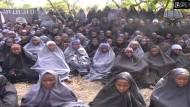 Videobild der entführten Schulmädchen in Nigeria: Sie seien zum Islam konvertiert, erklärt die Boko Haram