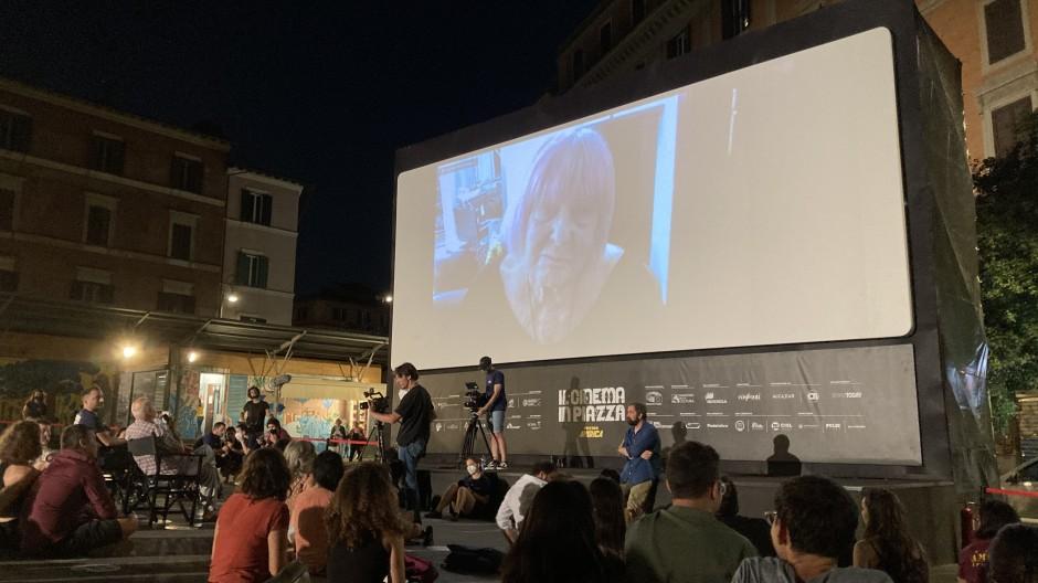 Eine Filmvorstellung auf der Piazza San Cosimato. Die Fotografin Letizia Battaglia ist per Video zugeschaltet.