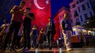 Nächtliches Treiben am Galata-Turm im gleichnamigen Stadtviertel der türkischen Metropole Istanbul