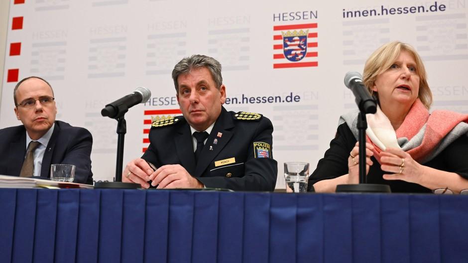 Peter Beuth (CDU), Innenminister des Landes Hessen, Udo Münch, Landespolizeipräsident, und Sabine Thurau, Präsidentin des Landeskriminalamts (LKA) während einer Pressekonferenz im Februar 2020