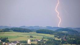 Blitz trifft zwei Frauen bei Bochum