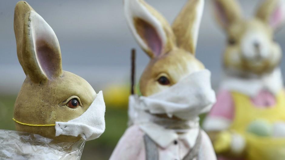 Aufgeschoben ist nicht aufgehoben, das gilt auch für den Osterbrunch. Diese Hasen stehen in einem Kreisverkehr im österreichischen Deutschkreutz.