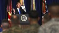 Donald Trump hält seine Rede vor Soldaten im Fort Myer in Arlington.