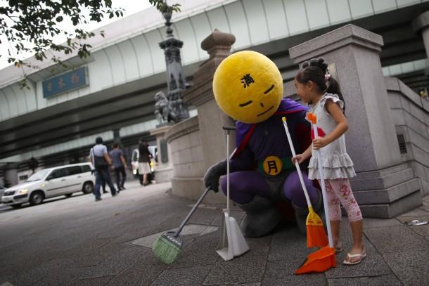 """26. August 2014. """"Mangetsu-Man"""" ist der Name eines Mannes, der die Straßen Tokios vom Straßenmüll reinigen will."""
