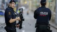 Katalanische Polizisten sichern die Flaniermeile Ramblas am Tag nach dem Attentat in Barcelona.