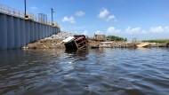 """Weggespült: Erst """"brach"""" der Damm bei Isle de Jean Charles in den Wetlands von Louisiana, dann riss das Wasser Boote und Wellblechhütten mit."""