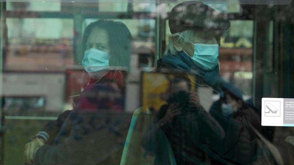 Pendler sitzen mit Mund-Nase-Masken am 15. Oktober in einem Bus in Paris