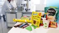 Ein Anfang: Nestlé präsentiert einige Produkte in natürlichen oder recycelten Verpackungen – und will viele weitere folgen lassen
