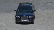 Der Präsident kommt: Ein Aurus-Wagen fährt vor.