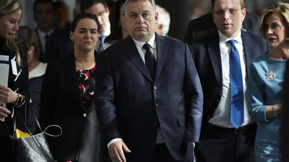 Viktor Orbán (M.) im März 2019, als er in Brüssel zu einem Treffen der EVP im Europäischen Parlament ankommt.