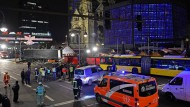 Die Polizei hat das Gebiet um den Weihnachtsmarkt an der Gedächtniskirche großräumig abgesperrt.