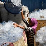Eine Arbeiterin sortiert Plastikflaschen in einer Recyclinganlage in Denpasar auf Bali.