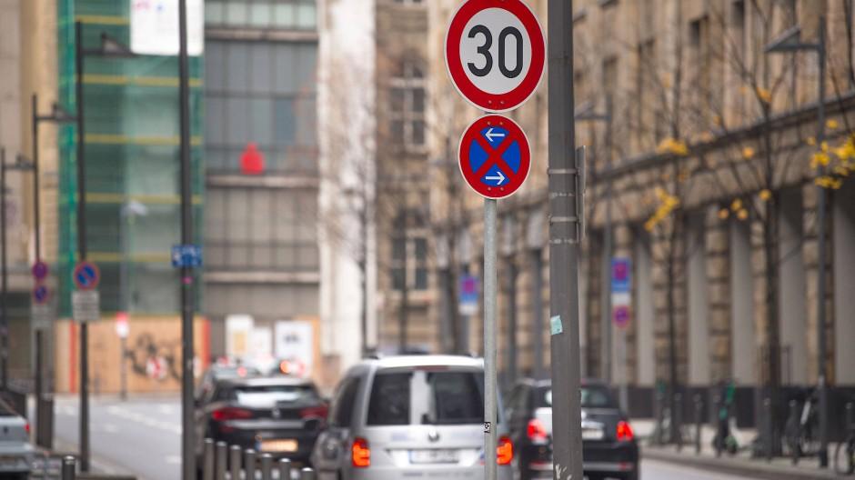 Steile Kurve: An der Neuen Mainzer Straße gilt ein Tempolimit.