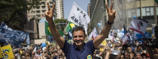 Fast gleich auf mit der Amtsinhaberin: Präsidentschaftskandidat Aécio Neves, hier an der Copacabana in Rio de Janeiro, hat Chancen auf den Sieg