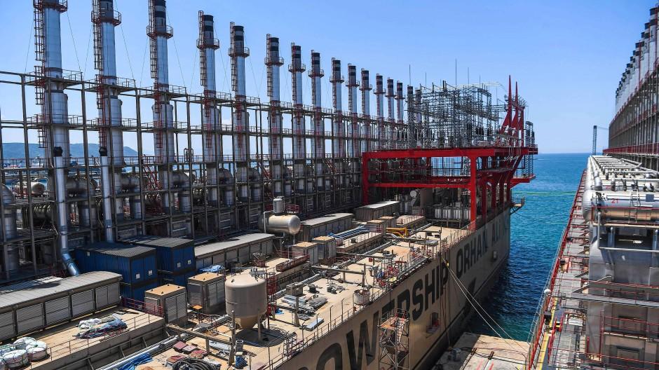 Ein schwimmendes Kraftwerk des Unternehmens Karpowership im Dock einer Werft in der türkischen Stadt Yalova.