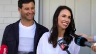 Die neuseeländische Premierministerin Jacinda Ardern (rechts) und ihr Partner, Clarke Gayford, verkünden Mitte Januar, dass sie ein Kind erwarten.