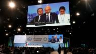 Der Chef der UN-Klimakonferenz in Polen, Michal Kurtyka, besiegelt mit einem Hammerschlag die neu gefundene Einigung der Staaten.