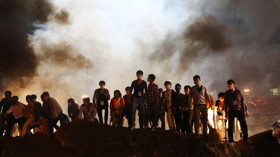 """Die Masken sitzen, der Abstand stimmt noch nicht: Szene aus Kim Sung-sus Film """"Pandemie"""""""