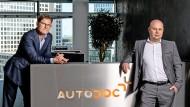 Autodoc-Gründer Alexej Erdle (rechts) mit Neuzugang Christian Gisy in der Zentrale am Kurfürstendamm