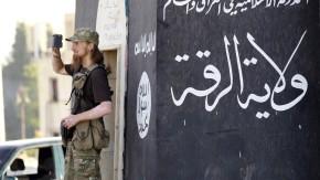 Ein Kämpfer der IS filmt eine Parade der Terrormiliz