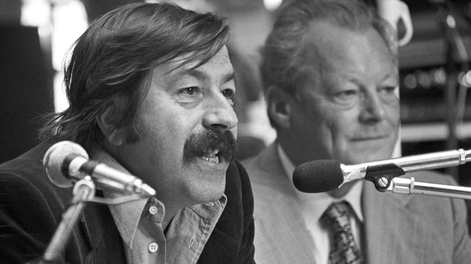 Günter Grass, der Unterstützer von Willy Brandt, 1976 bei einer SPD-Wahlkampfveranstaltung