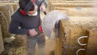 Einschneidend: Ein Lehmbauer sägt Fassadenelemente auf der Alnatura-Baustelle in Darmstadt zurecht.