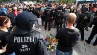 Überfordert? Polizisten sichern in Chemnitz den Ort, an dem am Samstag ein Mann erstochen wurde.