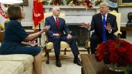 Streiten sich schon seit längerer Zeit: Donald Trump und Nancy Pelosi ? hier bei einem Treffen im Oval Office im Dezember.