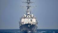Boot kommt amerikanischem Kriegsschiff zu nahe