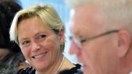 Baden-Württembergs Kultusministerin Susanne Eisenmann (CDU) bei einer Pressekonferenz neben Ministerpräsident Winfried Kretschmann (Grüne).