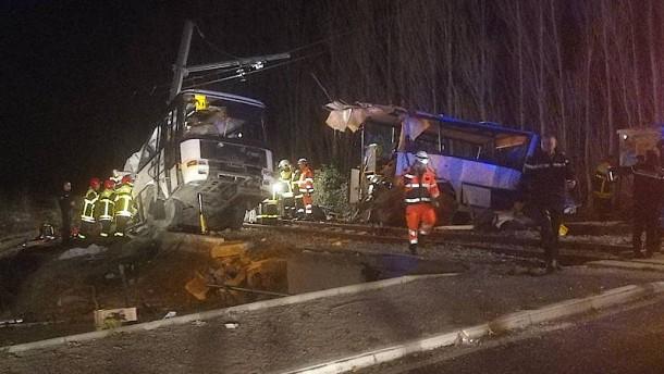Schulbus knallt in Zug
