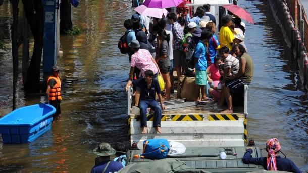 Einwohner Bangkoks fliehen vor Wassermassen