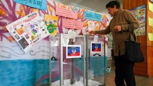 Umstrittenes Referendum startet begleitet von Gefechten