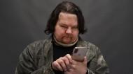 Sechs Monate nach dem Eingriff kann Joe DiMeo sein Smartphone wieder bedienen.