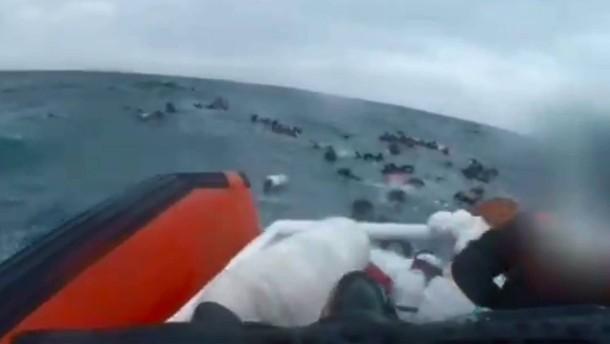 Flüchtlingsboot vor Lampedusa in Seenot geraten