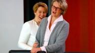 Beide lachen, aber nur eine hat etwas zu lachen: die Ministerinnen Franziska Giffey (links) und Anja Karliczek.